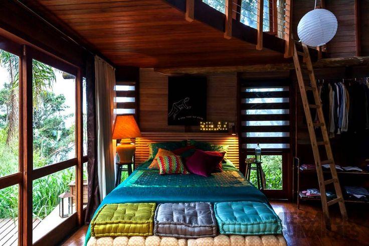 Ferraro Habitat の カントリーな 寝室 Casa da Floresta