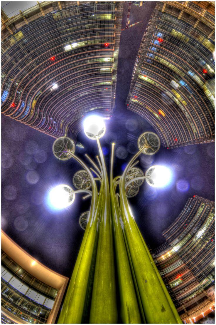 Pioggia di luce in Piazza Gae Aulenti