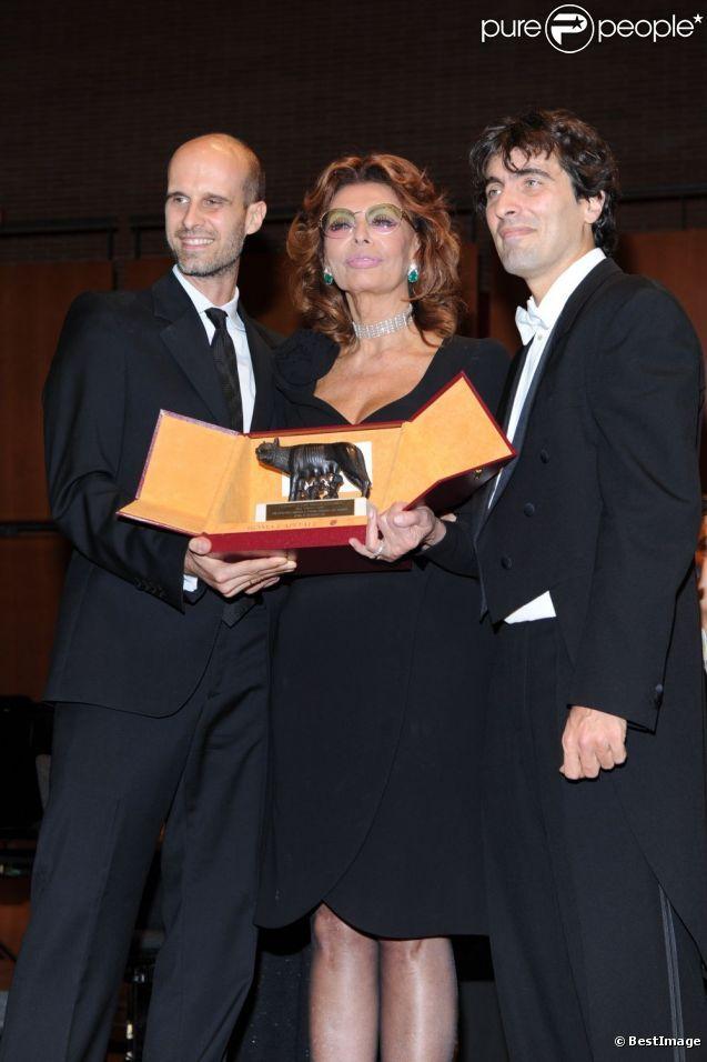 Sophia Loren et ses fils Edoardo Ponti et Carlo Ponti Jr. le 12 décembre 2011 à Rome                                                                                                                                                                                 Plus