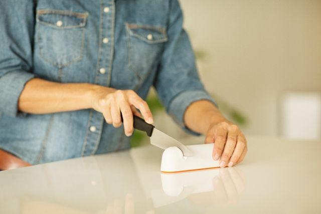 Fiskars RollSharp™ veitsenteroitin valkoisena