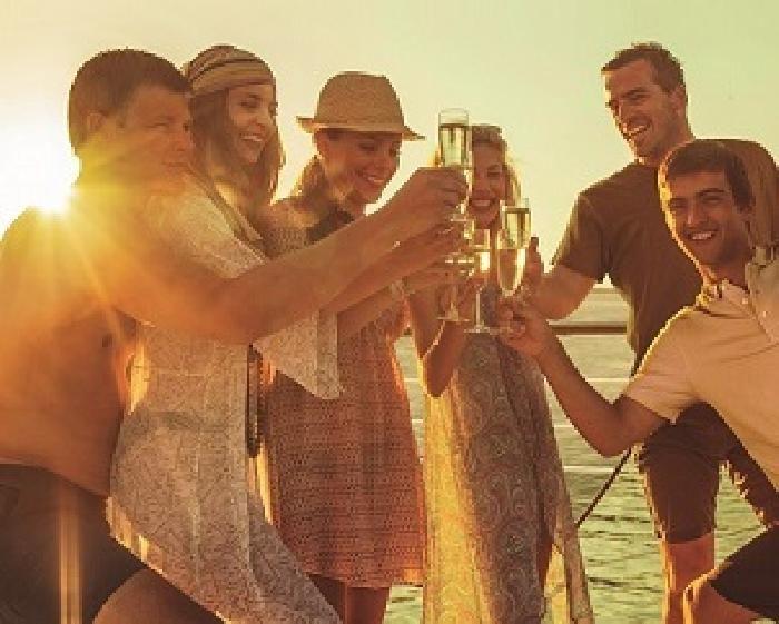 Brindar con champán a bordo de un #crucero por el #Mediterráneo para celebrar el #findecarrera, ¡No podéis esperar mejor celebración! #funplan