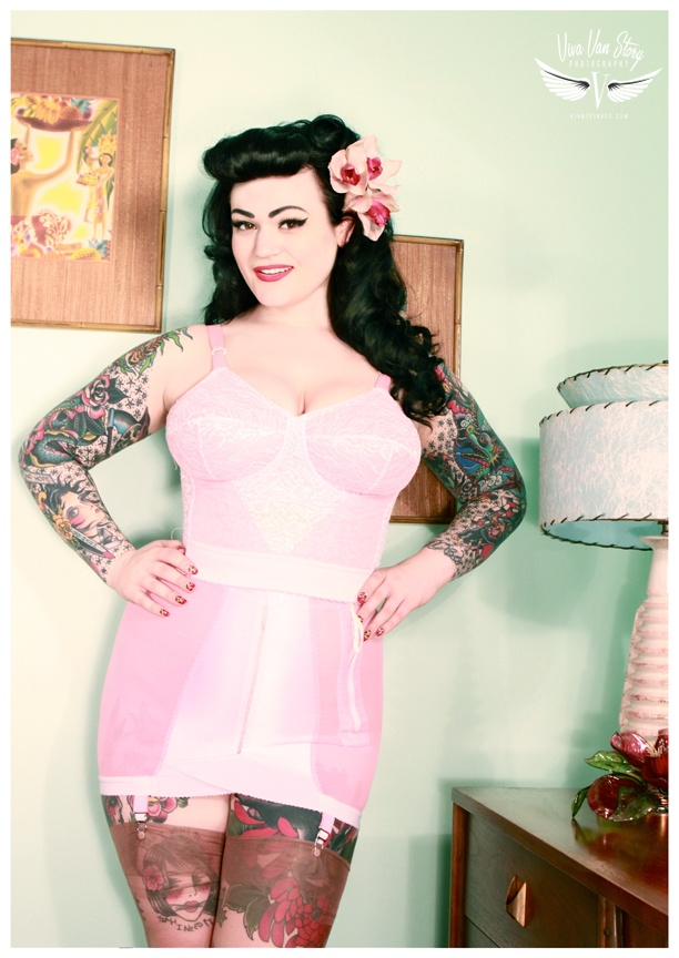 best 25 curvy tattooed girls ideas on pinterest us army jacket pin up girls and pin up nurse. Black Bedroom Furniture Sets. Home Design Ideas