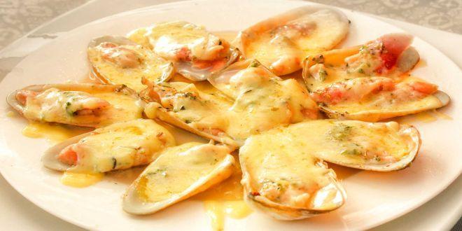 Machas a la Parmesana, una deliciosa Receta Tradicional Chilena para sorprender a quien desees. Estos son los ingredientes y el modo de preparación paso a paso.