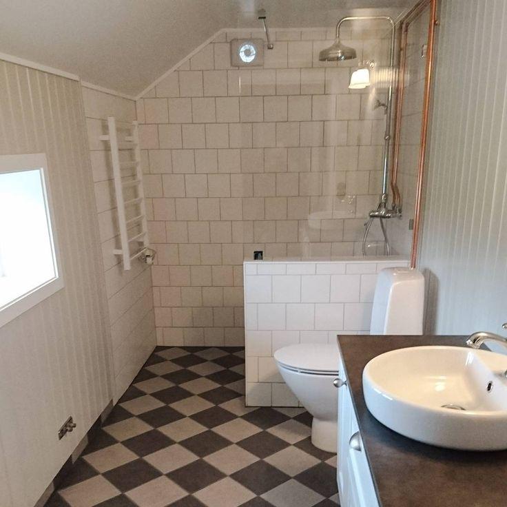 Äntligen är badrummet färdigt! Nu ska jag bara hitta en snygg spegel, hitta flyttlådan med handdukskrokarna, och köpa ett svart toalettlock. Sen ska jag inte tänka på badrumsrenoveringar på ett tag.