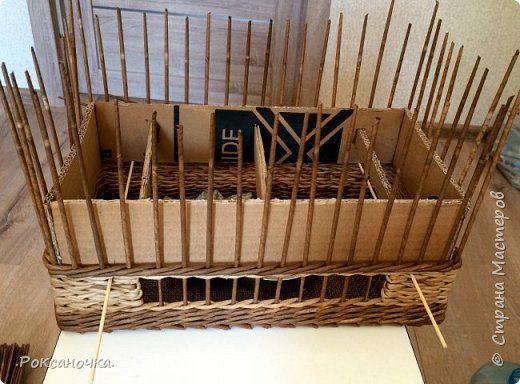 А вот и форма заканчивается. Я её поднимаю и в плетение просовываю деревянные шпажки для шашлыка. На них она выше и держится.