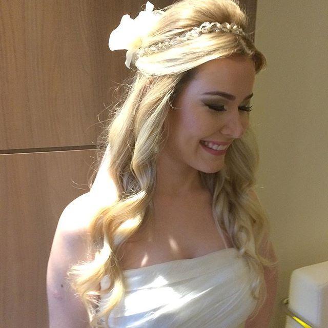 Top 100 hairstyle photos A noivinha Gisele Vilela, a mais romântica, nova, doce e muito apaixonada que eu já fiz! Depois de tanta indecisão, o penteado perfeito! Agradeço a confiança e desejo muitas felicidades nessa nova fase! A make ficou por conta da minha querida parceira @belabcarvalhais 💕👰🏼 #noivas #noivasdebh #noiva #salaobh #penteadobh #bride #bridestyle #bridemakeup...