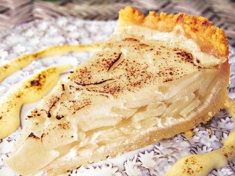 Äpplena steks i smör och blir sedan fyllning i en paj tillsammans med vaniljkräm och lime.