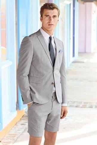 Mantén tu atuendo relajado con un blazer de seersucker gris y unos pantalones cortos de seersucker grises.