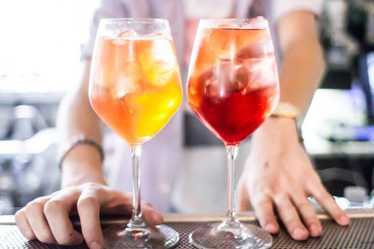 Il Campari Spritz è la versione milanese di un cocktail divertente e facile da fare a casa: basta conoscere i trucchi giusti. Scopriamoli insieme!