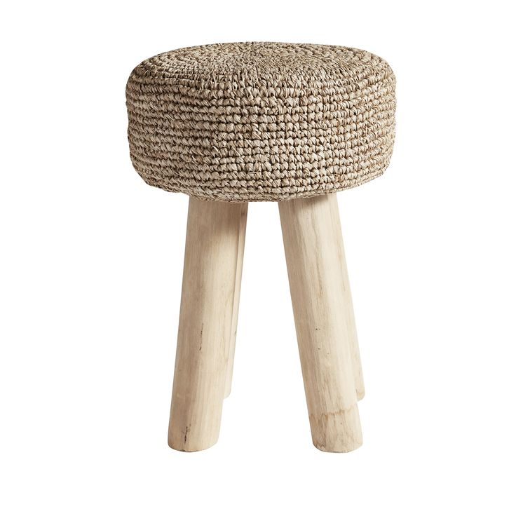 Gajih skamlen fra Muubs er en elegant og funktionel skammel til dit hjem. Benene på skamlen er skabt af teakrod. Hver Gijah skammel er unik, fordi den er håndlavet af naturlige materialer.
