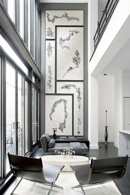 ännu ett grått modernt vardagsrum med ljuvliga tavlor och två underbara fåtöljer, själv så älskar jag detta vardagsrum