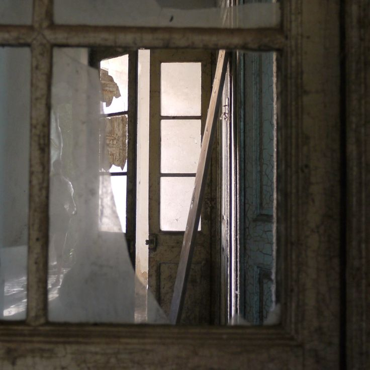 looking through the doors photo by David Juárez Ollé