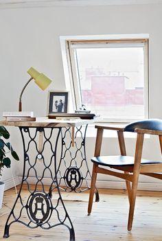 Une grande planche de bois brut, un piètement de machine à coudre ancien, et voilà un bureau qui se plaît à merveille dans une ambiance vintage. Source : Ralfred