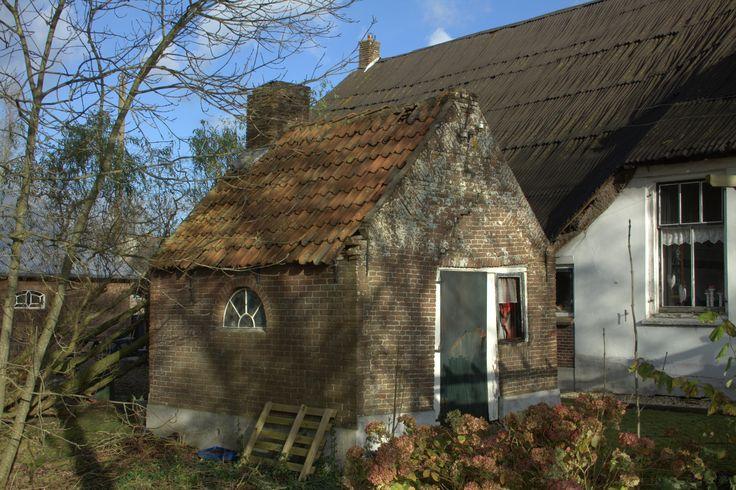 Een bakhuis bij een boerderij in het buurtschap Uitweg in de Lopikerwaard. Het bakhuis kan wel een restauratie gebruiken.