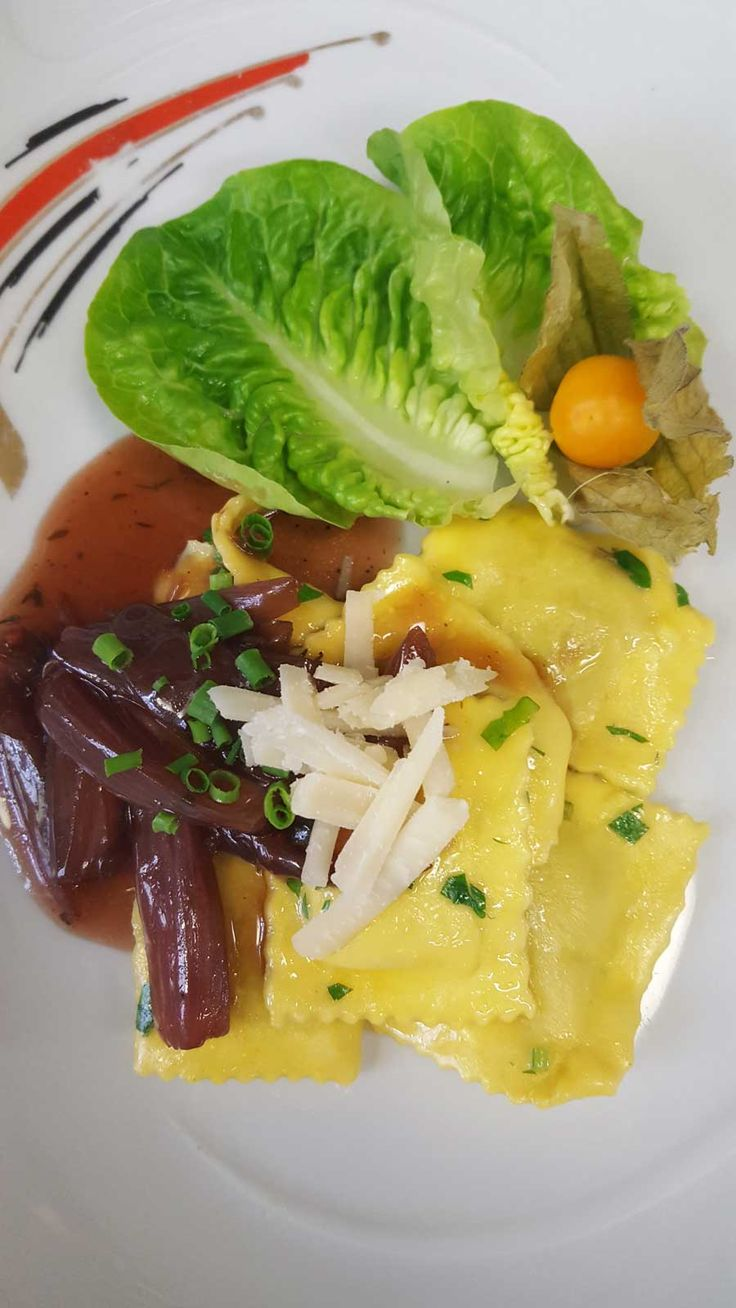 Ravioli di carne mit Rotwein-Schalotten