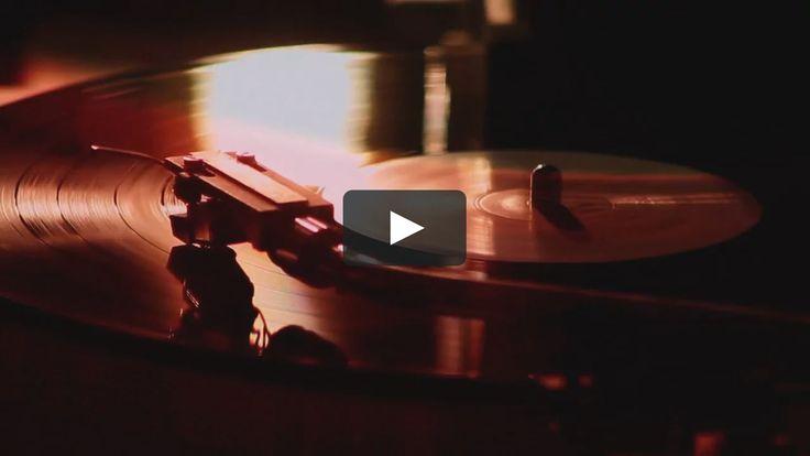 33 lpm cuenta la odisea de Henry Cavanzo, una especie de científico loco de la música y la última maquina Toolex Alpha Alemana utilizada para…