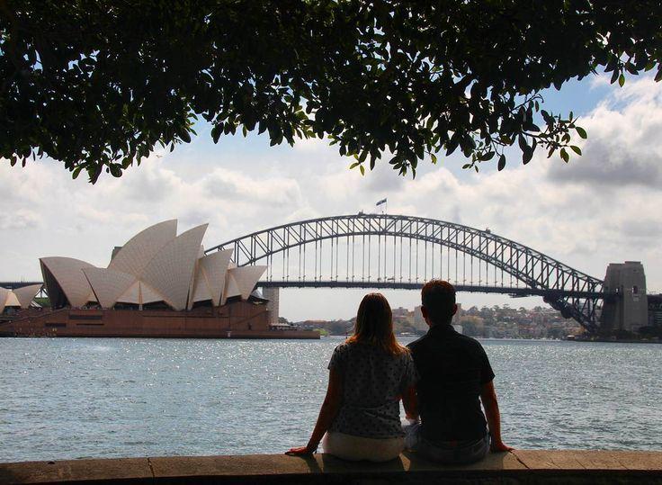A primeira coisa que todos querem conhecer quando chegam em Sydney é a Opera House  a Harbour Bridge.  Hoje entendemos o porquê!  Para tirarmos esta foto percorremos o jardim botânico até o final e chegamos até o ponto conhecido como Mrs. Macquarie's Point.  Lá existe um mirante que costuma ficar bem cheio de turistas. Você verá uma escada que o levará até a margem do mar. Caminhe um pouco mais e você encontrará pontos maravilhosos como este e incrivelmente vazios!  Nas próximas fotos…