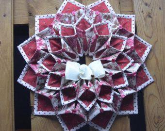 19 Navidad Fold  n de la puntada corona hecho en tela de Navidad aspecto primitivo de verde, rojo y negro. Acentuado con fresas y piñas