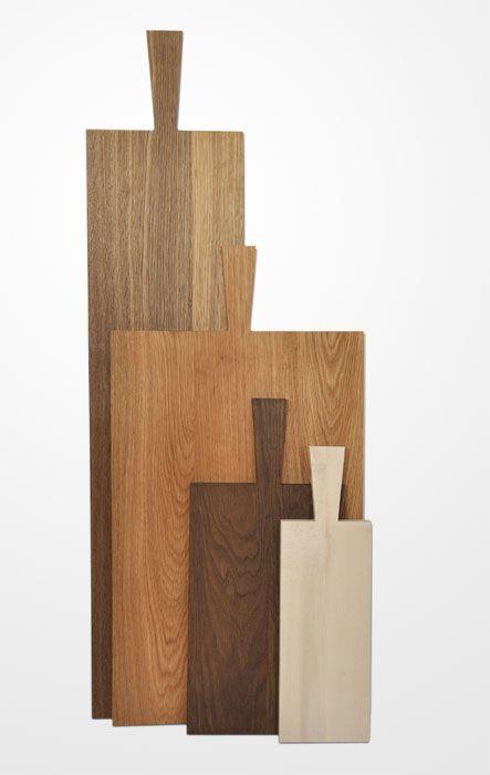 Schneidebretter mit Griff aus massivem Holz von ganz groß und lang bis klein und handlich (Raumgestalt)