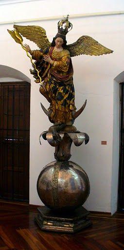 Virgen Alada de Popayán. Virgen de Quito, la escultura más famosa de la escuela quiteña, obra de Bernardo de Legarda, siglo XVIII.  para la iglesia de San Francisco
