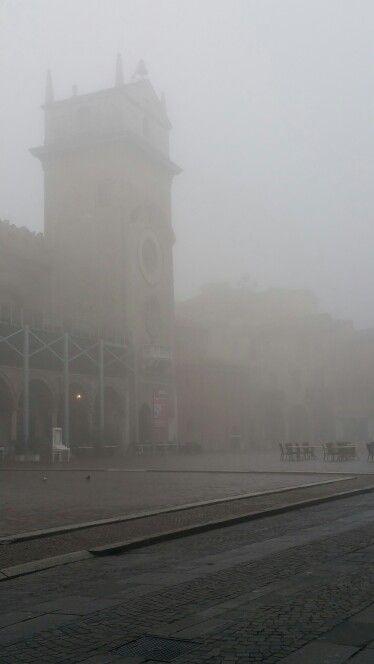 Affascinante nebbia. Piazza delle erbe.