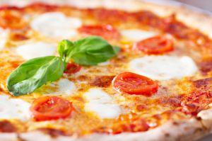 Рецепт классической пиццы Маргариты на сайте Salt'im bocca - http://saltimbocca.ru/retseptyi-italyanskoi-kuhni-2/pitstsa/pitstsa-margarita/