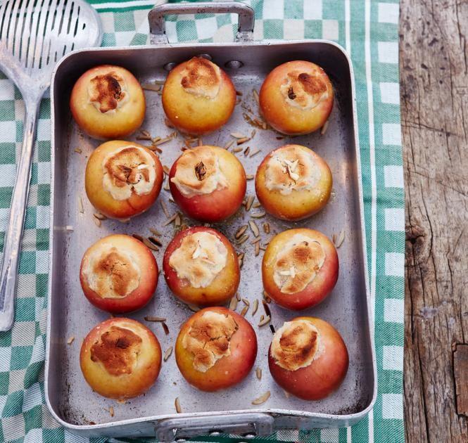 Winterliche Bratäpfel mit einer Füllung aus Marzipan, Walnüssen und Mandelstiften.