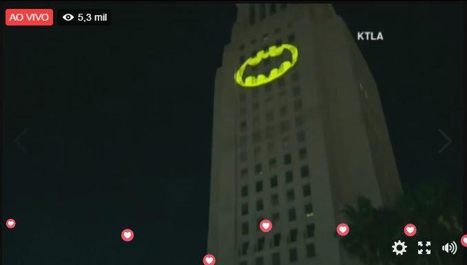 Bat-Sinal é mostrado em Los Angeles em homenagem a Adam West, assista vídeo da cerimônia