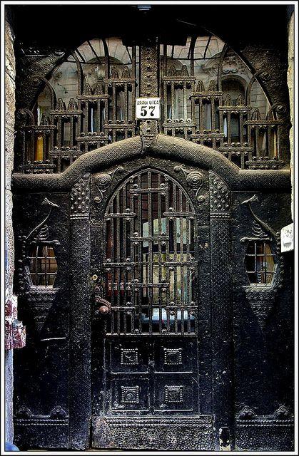 Porte de l'Hohiscenseur menant aux appartements de miss Puss.