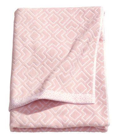 Жаккардовое полотенце для душа с передней стороной из велюра и задней стороной из махрового х/б. Петелька с короткой стороны.