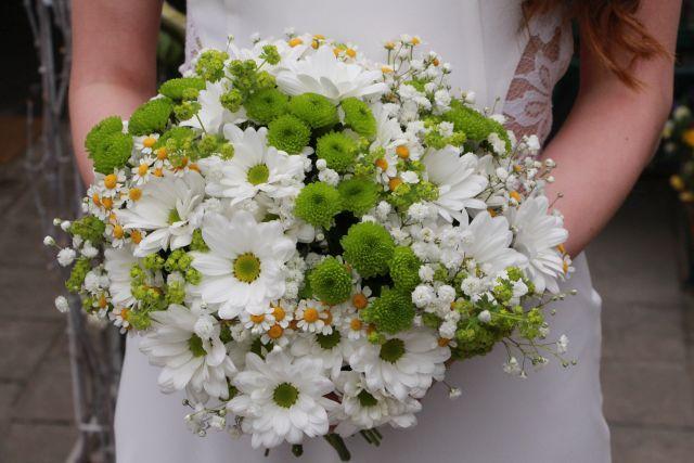 Bílo-zelená svatební kytice v lučním stylu.