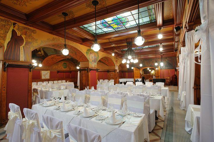 Mátyás Pince Étterem Budapest egyik leggazdagabb múltú étterme, mely 1904 óta várja az igényes vendéglátásra vágyó vendégeit. Minden szerdán és csütörtökön tradicionális folklór táncműsor látható. Emellett minden este - és hétvégén ebédidőben is -, Lakatos Vilmos és cigányzenekara szívet melengető cigány muzsikája szórakoztatja vendégeiket.