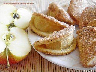 Печенье с яблоком 150 гр муки 50 гр сахарной пудры 100 гр масла 1 яичный желток или 1 столовая ложка сметаны 3 небольших яблока Для посыпки: белок 2 столовые ложки сахара 1/2 чайной ложки корицы Добавить сливочное масло в муку, измельчить ножом. Добавить сахар и яичный желток . Раскатать, вырезать круг. На тесто положить яблоко и сложить пополам. Белки взбить в пену вилкой, смазать верх коржика и посыпать сахаром с корицей. Поместить на противень. Выпекать 15 минут при 180 °C.