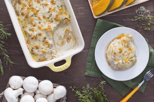 Le lasagne di zucca con crema di funghi e scamorza sono un primo piatto ricco con un condimento che racchiude i sapori più tipici dell'autunno.