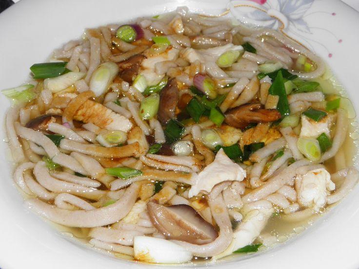 Ez egy japán leves recept. Mint általában az ázsiai levesek, laktatóak, zamatosak, mivel kevés lével készülnek, a belefőzött zöldségek soha ...