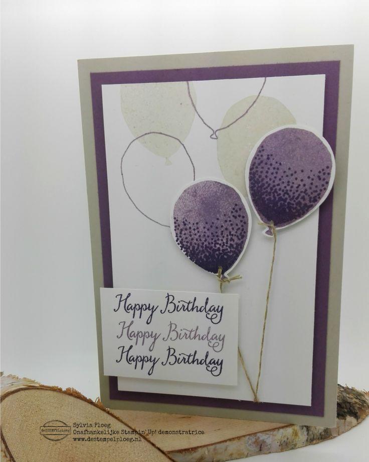 De paarse ballonnen zijn geponsd met de Balloon Bouquet pons van Stampin' Up!. Door een klein gaatje te maken in de ballonnen en er Linen Thread doorheen te halen, lijken ze net echt. #DIY #ballonnen #verjaardagskaart #stampinup