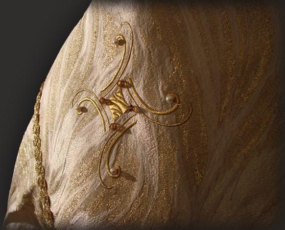 Croce ricamata sullo scudo del piviale