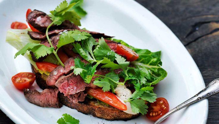 God mayonnaise rørt med sojasauce og fiskesauce kunne godt gå hen at blive en ny favoritdip i køkkenet. Her får du opskriften på flanksteak på brød med soyamayo og salat