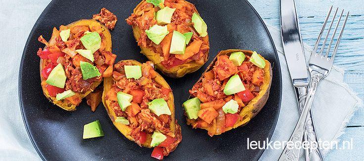 Deze zoete aardappels uit de oven met pulled chicken en avocado vormen een makkelijke en gezonde maaltijd.
