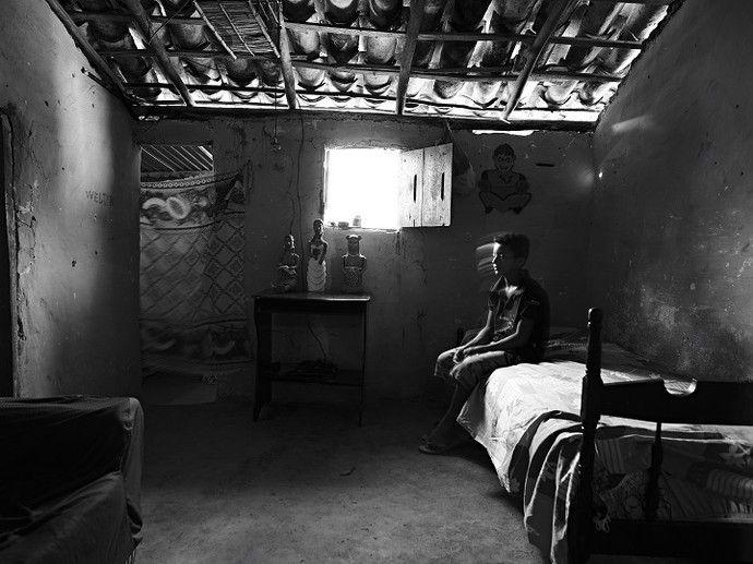 """""""Do Pó da Terra"""", fotografias sobre a história das ceramistas do Vale do Jequitinhonha, em Minas Gerais, Brasil. Interior da casa de Ronilson, em Caraí.  Fotografia: Maurício Nahas.  http://gshow.globo.com/tv/noticia/2016/09/mauricio-nahas-mostra-imagens-marcantes-de-sua-carreira-no-telao-do-domingao.html"""