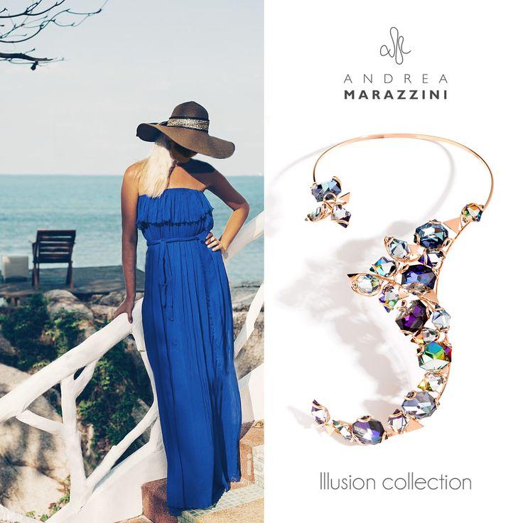 Sotto il sole estivo, risplende lo stile della nostra #IllusionCollection realizzata a mano con cristalli SWAROVSKI. Per rappresentare lo #stile italiano e l' #eleganza anche in #spiaggia.