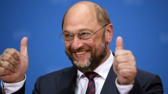 Il socialdemocratico tedesco riconfermato con 409 voti. Plateale protesta antieuropea del gruppo che fa capo al britannico Farage, alleato dei Cinque Stelle,