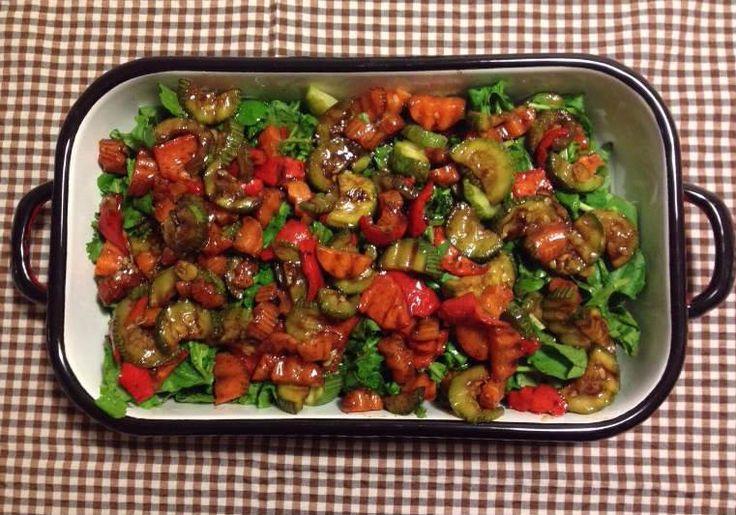 Izgara Sebzeli Roka Salatası    -  Sibel Göktürk #yemekmutfak Izgara edilmiş kabak ve kırmızı biber ile hazırlanan nar ekşili roka salatası çok pratik ve son derece lezzetli bir tariftir. Diyet yapanlar ve vejetaryenler için de çok sağlıklı bir alternatiftir.