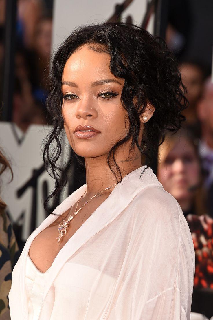Rihanna's '90s inspired look at the MTV Movie Awards