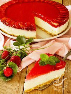 La Torta di ricotta e gelatina di fragole è un dolce fresco, sfizioso, dal gusto delicato e amabilmente cremoso. Senza cottura in forno.