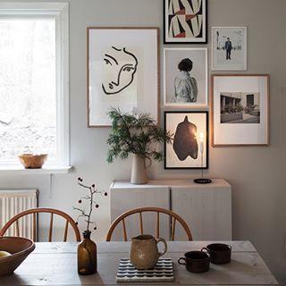 Matrummet har fått färg på väggarna - Luftslott från Nordsjö, fin varmgrå kulör. Och tavlor har hängts upp @nordsjosverige #nordsjöfärg #matrum #diningroom #tavelvägg #gallerywall #abcfarg #scandinavianhomes //// Our dining room with a new warm grey wall color. ✨