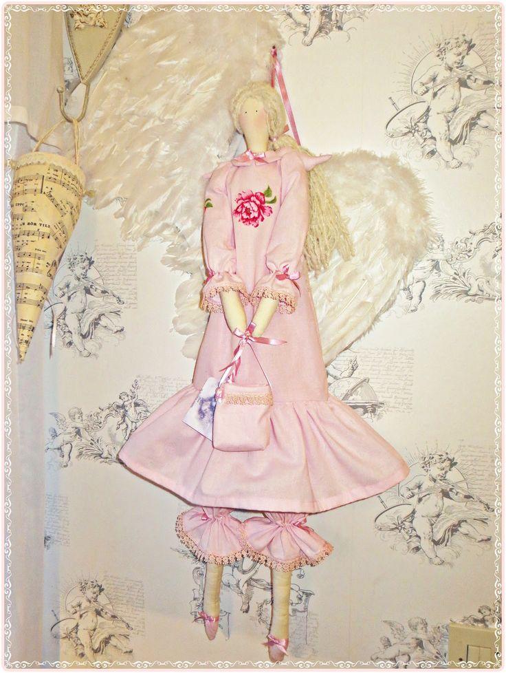Kickis sytt nytt och nött: Rosa klädd Tilda ängel med en liten väska i famnen...