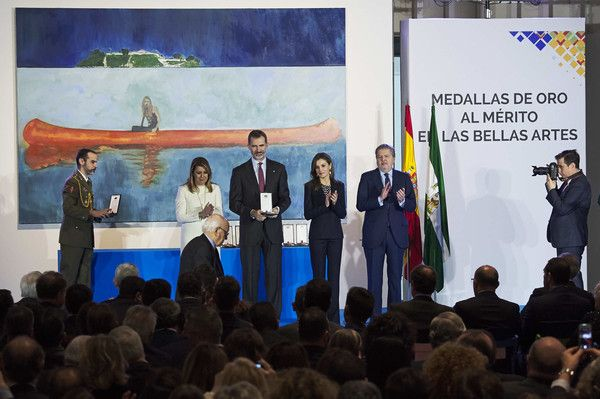 Queen Letizia of Spain Photos - Queen Letizia of Spain (2R) King Felipe VI of Spain (2L) Spanish Minister of Education, Culture and Sports Inigo Mendez de Vigo (R) and President of Andalucia Region Susana Diaz (L) attend the Gold Medals of Merit in Fine Arts 2016 ceremony at the Pompidou Center on February 6, 2018 in Malaga, Spain. - Spanish Royals Deliver the Golden Medals to the Merit in Fine Arts 2016