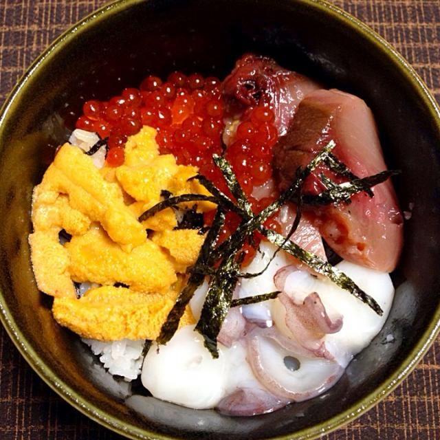 北海道のウニとイクラを加え海鮮丼にしました。 秋鮭の生筋子を買ってきて、イクラの醤油漬けにしました。 ウニは、北海道の土産何がいい?とメールしたら、家内からウニと返信があり… 素直にハイと返信しました 笑 トロ鰹に生蛸で、美味しい海鮮丼になりました(^^) - 134件のもぐもぐ - 海鮮丼 ! by jazzwine