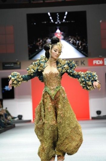 Guo Pei's design is not just couture, but also a piece of art work which reflects China's 4,000 years history